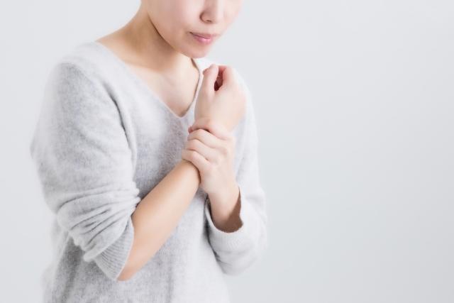 手のしびれに悩む女性