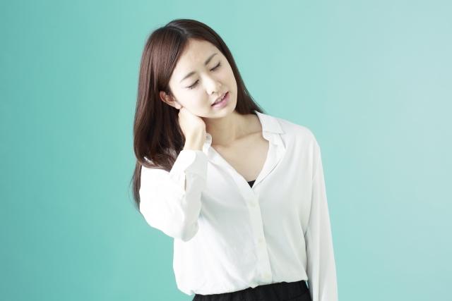 首こりの症状に悩む女性